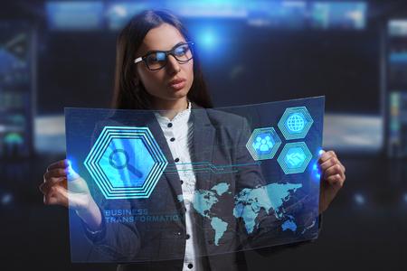 ビジネス、技術、インターネット、ネットワークのコンセプトです。未来の仮想画面に取り組んでいる若い起業家と碑文を見ている: ビジネス ・ ト