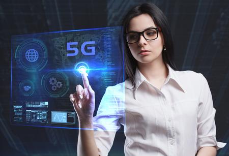 비즈니스, 기술, 인터넷 및 네트워크의 개념. 미래의 가상 스크린에서 일하는 젊은 사업가는 비문을 본다. 5G