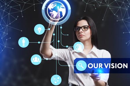 ビジネス、技術、インターネット、ネットワークのコンセプトです。未来の仮想画面に取り組んでいる若い起業家、碑文を見る: 私たちのビジョン