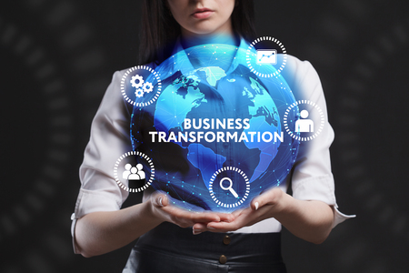 비즈니스, 기술, 인터넷 및 네트워크의 개념. 미래의 가상 스크린에서 일하는 젊은 기업가가 비문을 본다 : 비즈니스 변화
