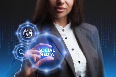 비즈니스, 기술, 인터넷 및 네트워크의 개념. 미래의 가상 스크린에서 일하는 젊은 사업가가 비문을 봅니다. 소셜 미디어