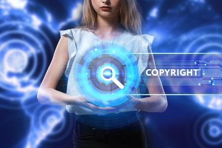 Het concept van zaken, technologie, internet en het netwerk. Een jonge ondernemer werkt aan een virtueel scherm van de toekomst en ziet het opschrift: Copyright
