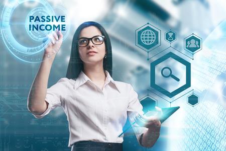 Het concept van zaken, technologie, internet en het netwerk. Een jonge ondernemer werkt aan een virtueel scherm van de toekomst en ziet het opschrift: passief inkomen