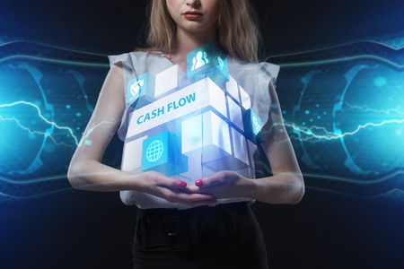 Het concept van zaken, technologie, internet en het netwerk. Een jonge ondernemer werkt aan een virtueel scherm van de toekomst en ziet het opschrift: Cash flow
