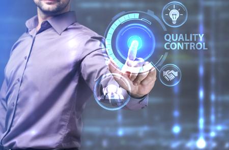 ビジネス、技術、インターネット、ネットワークのコンセプトです。未来の仮想画面に取り組んでいる若い起業家と碑文を見ている: 品質管理