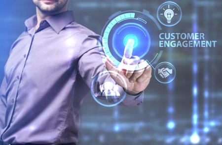 Il concetto di business, tecnologia, Internet e la rete. Un giovane imprenditore che lavora su uno schermo virtuale del futuro e vede l'iscrizione: impegno del cliente