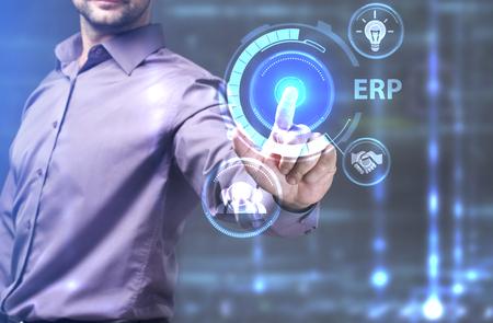 ビジネス、技術、インターネット、ネットワークのコンセプトです。未来の仮想画面に取り組んでいる若い起業家、碑文を見る: ERP
