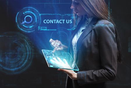 ビジネス、技術、インターネット、ネットワークのコンセプトです。未来の仮想画面に取り組んでいる若い起業家、碑文を見る: お問い合わせ