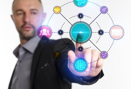 El concepto de negocio, tecnología, Internet y la red. Un joven emprendedor trabajando en una pantalla virtual del futuro y ve la inscripción: Gobernanza