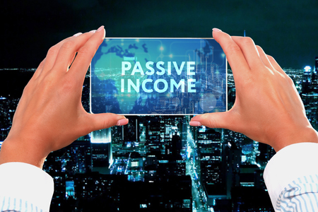 The concept of business, technology, the Internet and the network. Business lady looks at the virtual screen of your smartphone and sees the inscription: Passive income Stockfoto