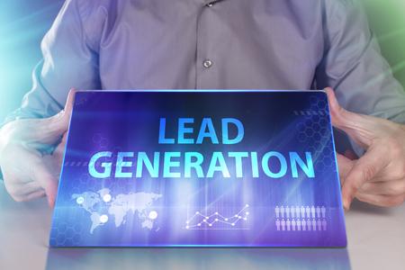 Le concept d'entreprise, de technologie, d'Internet et de réseau. Un jeune entrepreneur travaillant sur un écran virtuel du futur et voit l'inscription: Lead generation