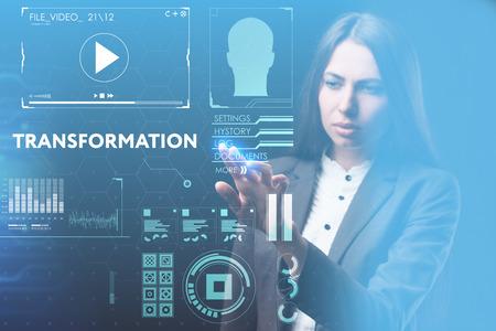 Das Konzept von Business, Technologie, Internet und Netzwerk. Ein junger Unternehmer, der an einem virtuellen Bildschirm der Zukunft arbeitet und die Inschrift sieht: Transformation