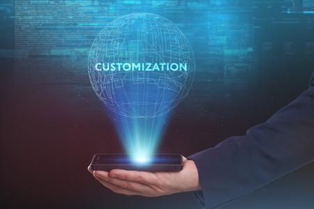 Het concept van zaken, technologie, internet en het netwerk. Een jonge ondernemer werkt aan een virtueel scherm van de toekomst en ziet het opschrift: Maatwerk