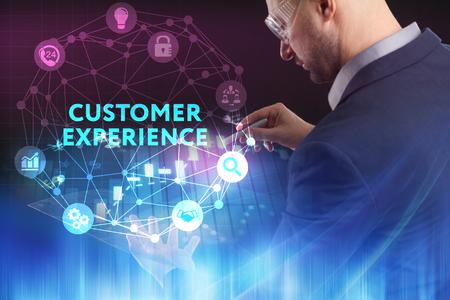 El concepto de negocio, tecnología, Internet y la red. Un joven emprendedor que trabaja en una pantalla virtual del futuro y ve la inscripción: Experiencia del cliente