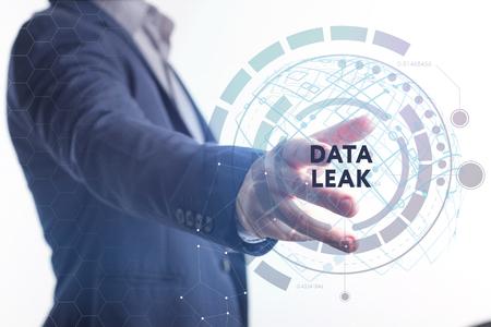 El concepto de negocio, tecnología, Internet y la red. Un joven emprendedor que trabaja en una pantalla virtual del futuro y ve la inscripción: fuga de datos