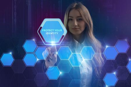 Pojęcie biznesu, technologii, Internetu i sieci. Młody przedsiębiorca pracuje na wirtualnym ekranie przyszłości i widzi napis: Chroń swoją tożsamość Zdjęcie Seryjne