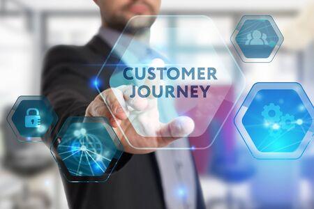 Het concept van business, technologie, internet en het netwerk. Een jonge ondernemer werkt aan een virtueel scherm van de toekomst en ziet het opschrift: Customer journey
