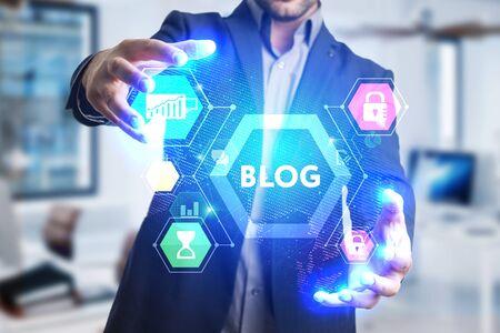 El concepto de negocio, tecnología, Internet y la red. Un joven emprendedor que trabaja en una pantalla virtual del futuro y ve la inscripción: Blog