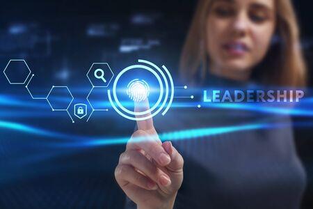 Koncepcja biznesu, technologii, Internetu i sieci. Młody biznesmen pracuje na wirtualnym ekranie przyszłości i widzi napis: Przywództwo