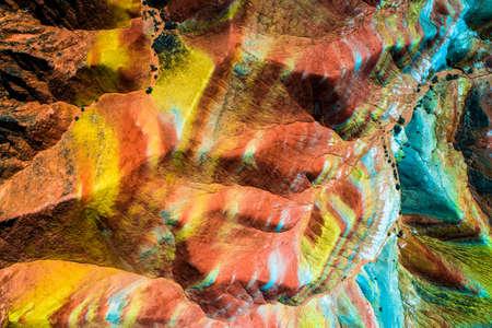 다채로운 패턴을 표시 Zhangye 무지개 산들에 공중 위에서 아래로보기
