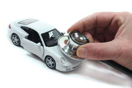 Stethoscoop met auto op een witte achtergrond