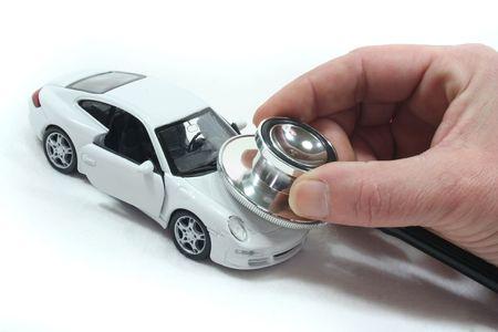 mecanico automotriz: Estetoscopio con coche sobre un fondo blanco