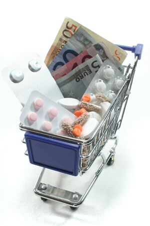 billets euros: Votre panier avec tablettes et billets  Banque d'images