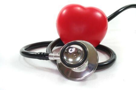 Estetoscopio con corazón rojo sobre un fondo blanco