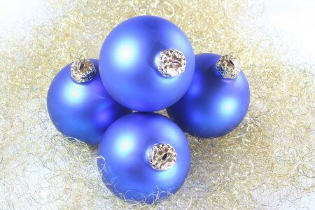 angel hair: Bolas de �rboles de Navidad en un cabello de �ngel dorado