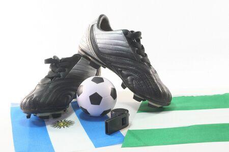soccer wm: Banderas con pelota de cuero y silbato sobre un fondo blanco