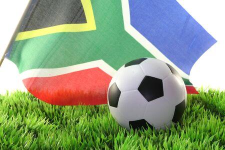 soccer wm: Bandera de Sud�frica con un bal�n de f�tbol en un campo