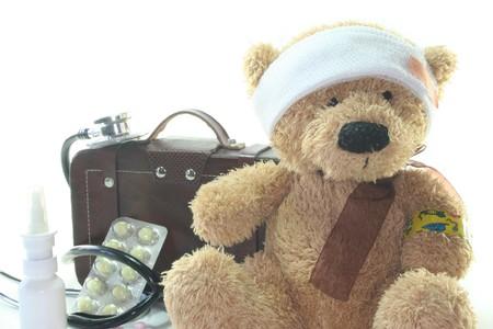 Kinder von erste-Hilfe-Kit mit Teddy, Taschen, Stethoskop und Medikamente