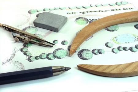 Gartenbau Skizze mit Kompass, Bleistift und Radiergummi