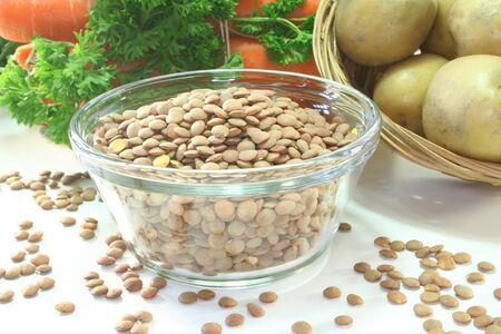 lenteja: Lentejas con verduras de sopas, apio y patatas