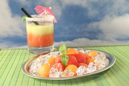 pancetta cubetti: palline di melone colorato su cubetti di ghiaccio e Melissa con melone smoothie