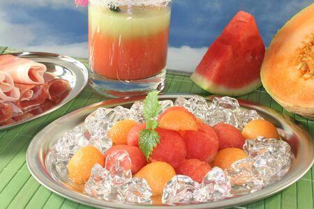 pancetta cubetti: palline colorate melone con prosciutto, cubetti di ghiaccio e Melissa con melone smoothie