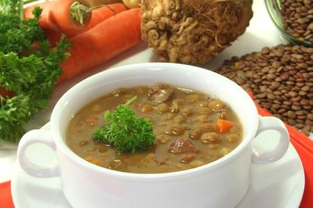 lenteja: Lentejas estofadas con patatas, zanahorias y perejil
