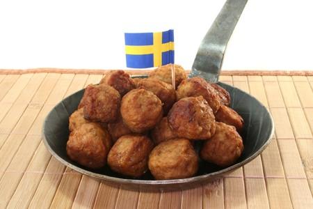 Koettbullar in einer Pfanne mit schwedischen Fahne