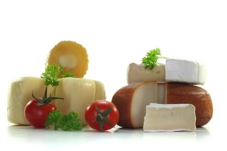 verschiedene Käse mit frischen Tomaten und Petersilie Standard-Bild