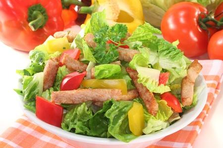 Mixed salad with turkey strips and fresh herbs Standard-Bild