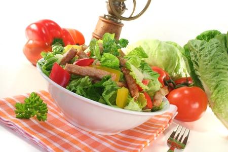 Gemischter Salat mit Türkei Streifen und frischen Kräutern Standard-Bild