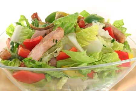 Gemischter Salat mit Türkei Streifen und frischen Kräutern Lizenzfreie Bilder