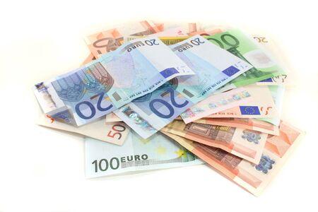 vals geld: een grote stapel van eurobiljetten op een witte achtergrond