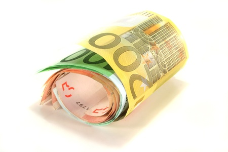 dinero falso: un fajo de billetes en euros sobre un fondo blanco