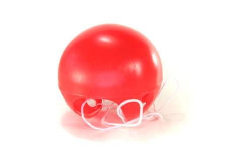 nez de clown: nez de clown rouge sur fond blanc