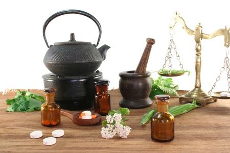 Apotheker Skala mit Mörtel, Teekessel, Flasche Apotheker und frischen Kräutern