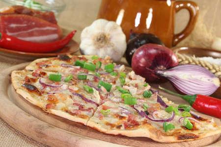 pancetta cubetti: Tarte albonesi con pancetta, cipolla rossa e porro Archivio Fotografico