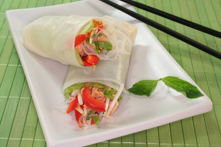 Lucky Roll mit Kopfsalat, Lachs, Reisnudeln, Paprika und Thai-Basilikum