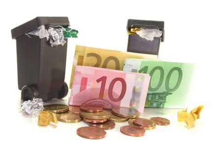 billets euros: poubelles complets avec les billets et pi�ces en Euro sur fond blanc