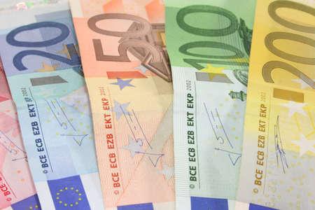 billets euros: un gros tas de billets en euros sur un fond blanc